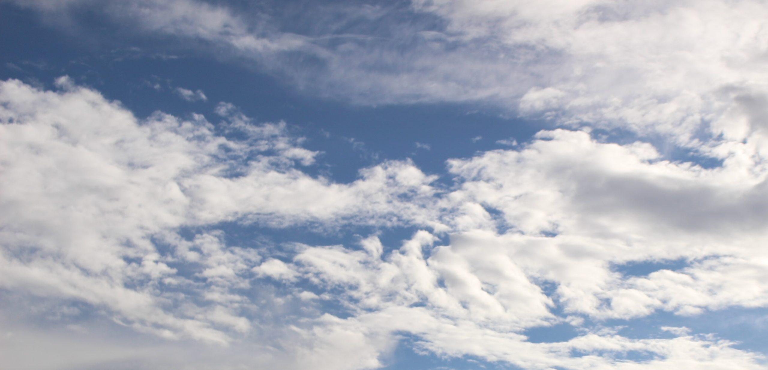 【知ってそうで知らない科学の話】なぜ雲は白いの? 空が青い原理とおなじです
